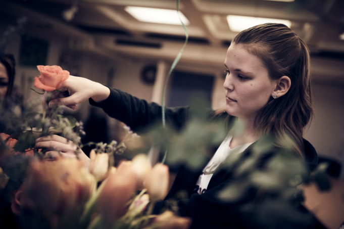 Florist elev jobbar med blommor