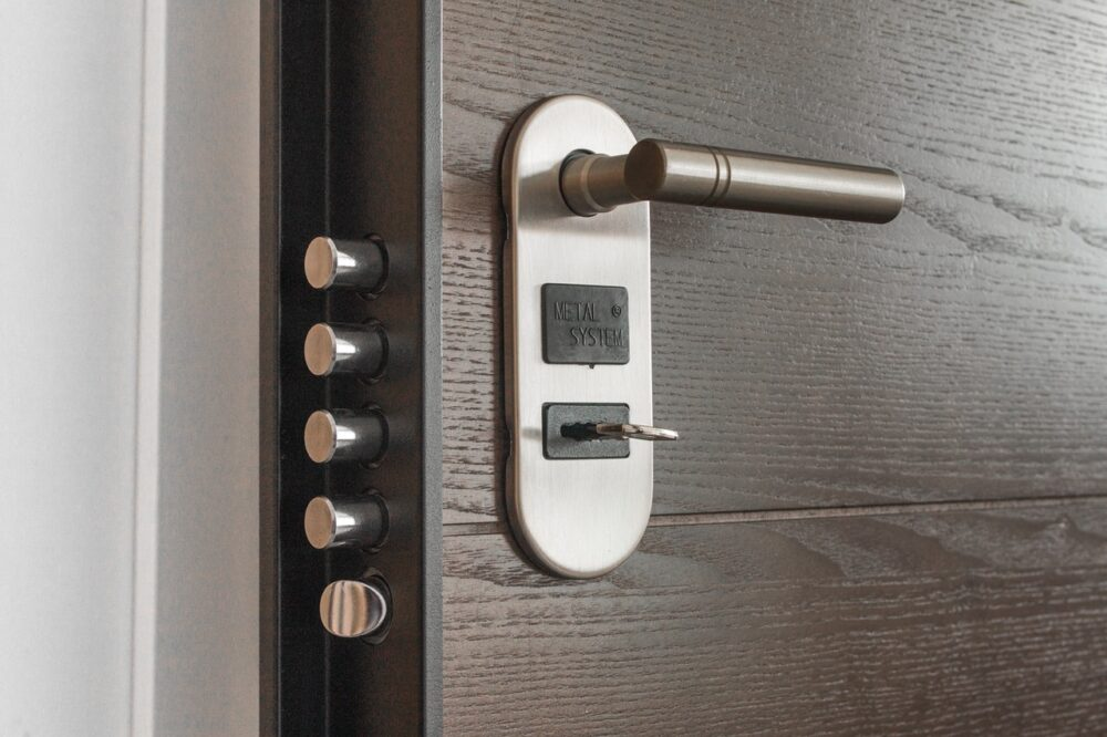 Bild av säkerhetslås på dörr