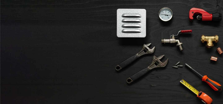 Bild representerade vvs och fastighet med skiftnycklar, skruvmejsel, mätband, mätare.