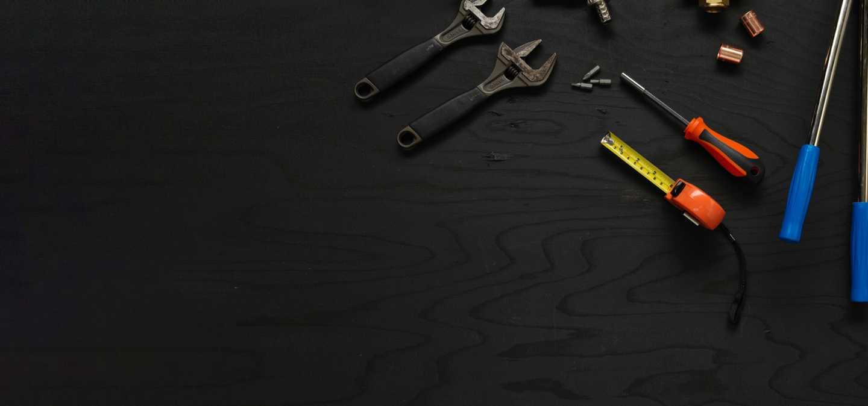 Bild representerade programmet vvs och fastighet med mätband, skiftnycklar och vvs-verktyg.